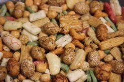 Knibbel, knabbel, knuisje, Japanse mix original met bollen en nog meer soorten rijstzoutjes rijstcrackers voor uit het vuistje.