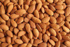 Puur natuurlijk genieten van rauwe amandelen of onze andere naturel noten is gezond.
