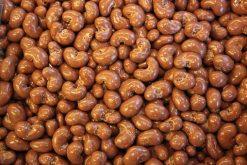 Genieten van cashewnoten melk chocolade of andere echte chocolade producten gevuld met noten, pinda's of rozijnen.