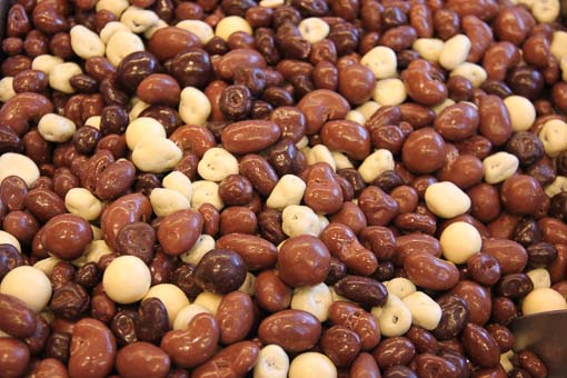 Genieten van chocomix of andere echte chocolade producten gevuld met noten, pinda's of rozijnen.