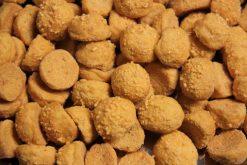 Knibbel, knabbel, knuisje, kaasbolletjes en nog meer soorten rijstzoutjes rijstcrackers voor uit het vuistje.