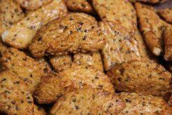 Knibbel, knabbel, knuisje, mooncrackers en nog meer soorten rijstzoutjes rijstcrackers voor uit het vuistje.