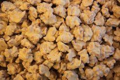 Genieten van pindarotsjes witte chocolade of andere echte chocolade producten gevuld met noten, pinda's of rozijnen.