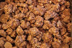 Genieten van pindarotsjes melk chocolade of andere echte chocolade producten gevuld met noten, pinda's of rozijnen.