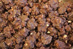 Genieten van pindarotsjes pure chocolade of andere echte chocolade producten gevuld met noten, pinda's of rozijnen.