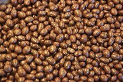 Genieten van pinda's melk chocolade of andere echte chocolade producten gevuld met noten, pinda's of rozijnen.