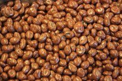 Genieten van rozijnen melk chocolade of andere echte chocolade producten gevuld met noten, pinda's of rozijne