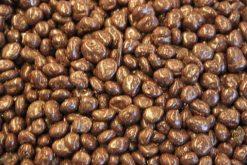Genieten van rozijnen pure chocolade of andere echte chocolade producten gevuld met noten, pinda's of rozijnen.