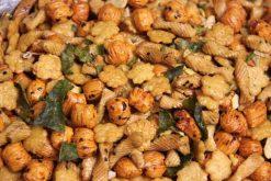 Knibbel, knabbel, knuisje, Thai spicymix en nog meer soorten rijstzoutjes rijstcrackers voor uit het vuistje.